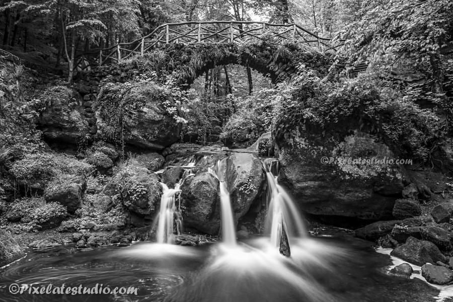 Foto van de waterval van mullerthal gemaakt met lange sluitertijden , dit is een zwart-wit foto