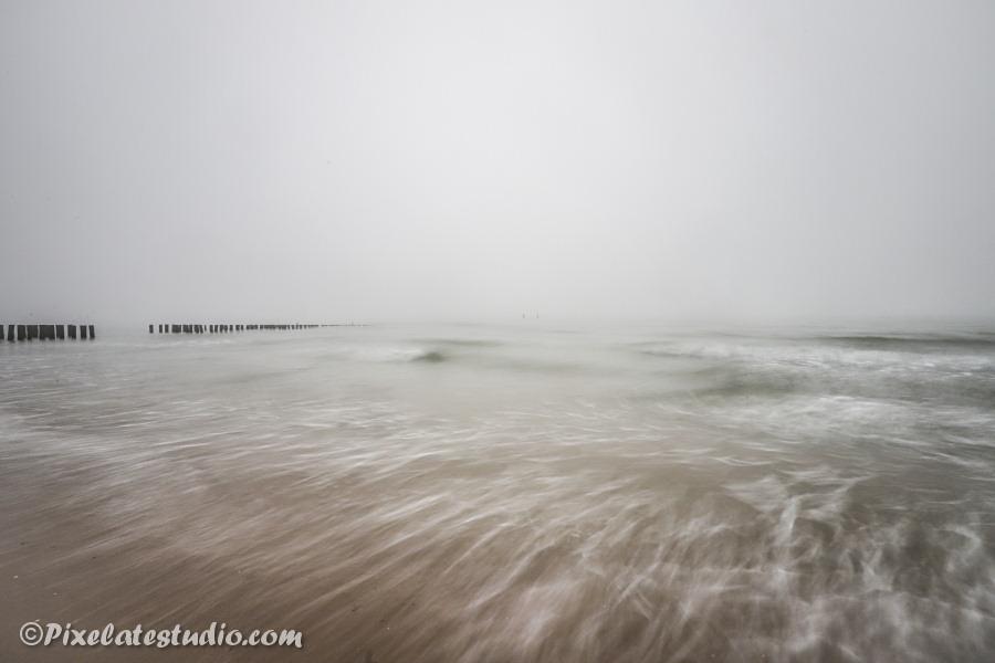 mooie foto van de mist aan het strand