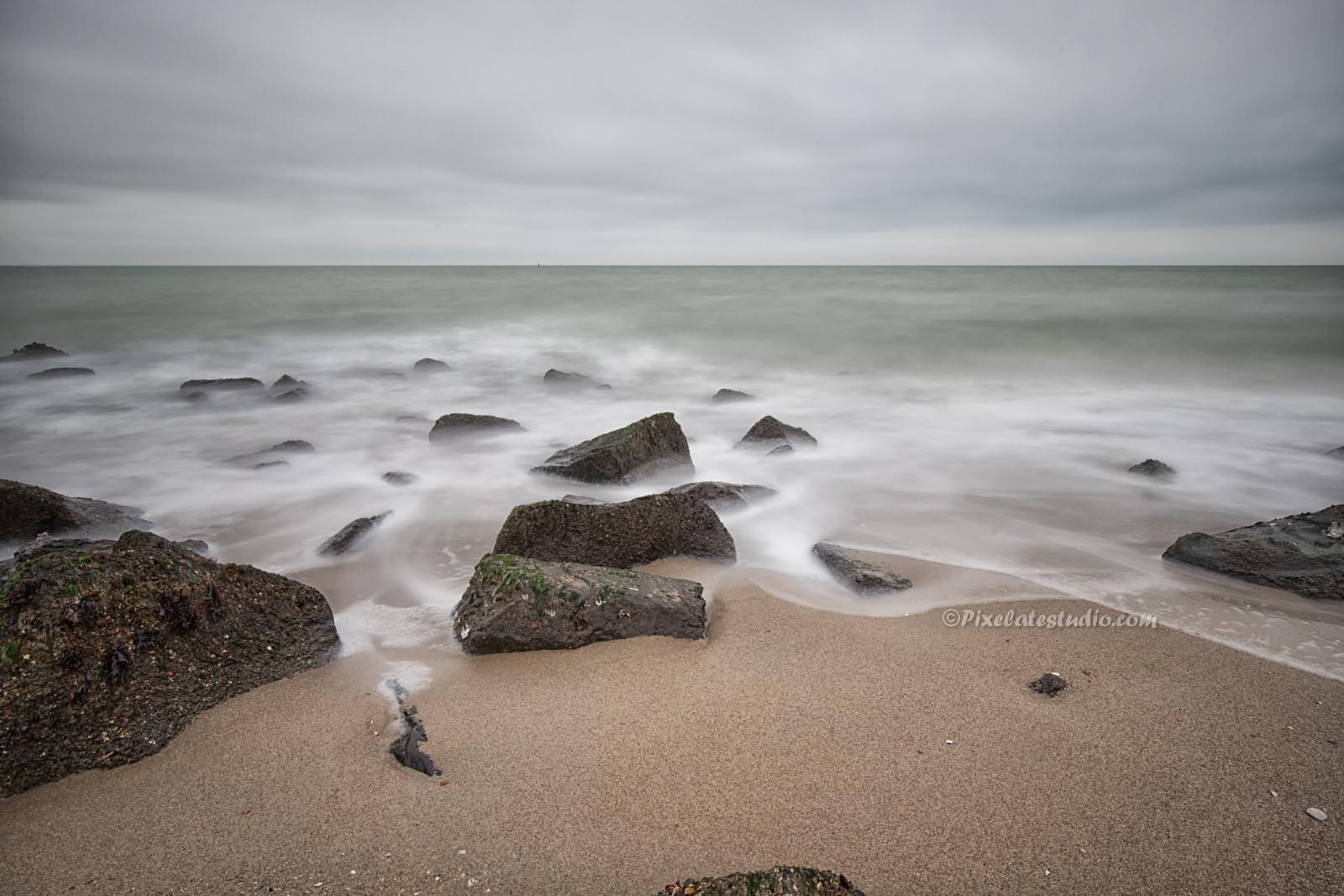 foto van strand en golven met lange sluitertijden