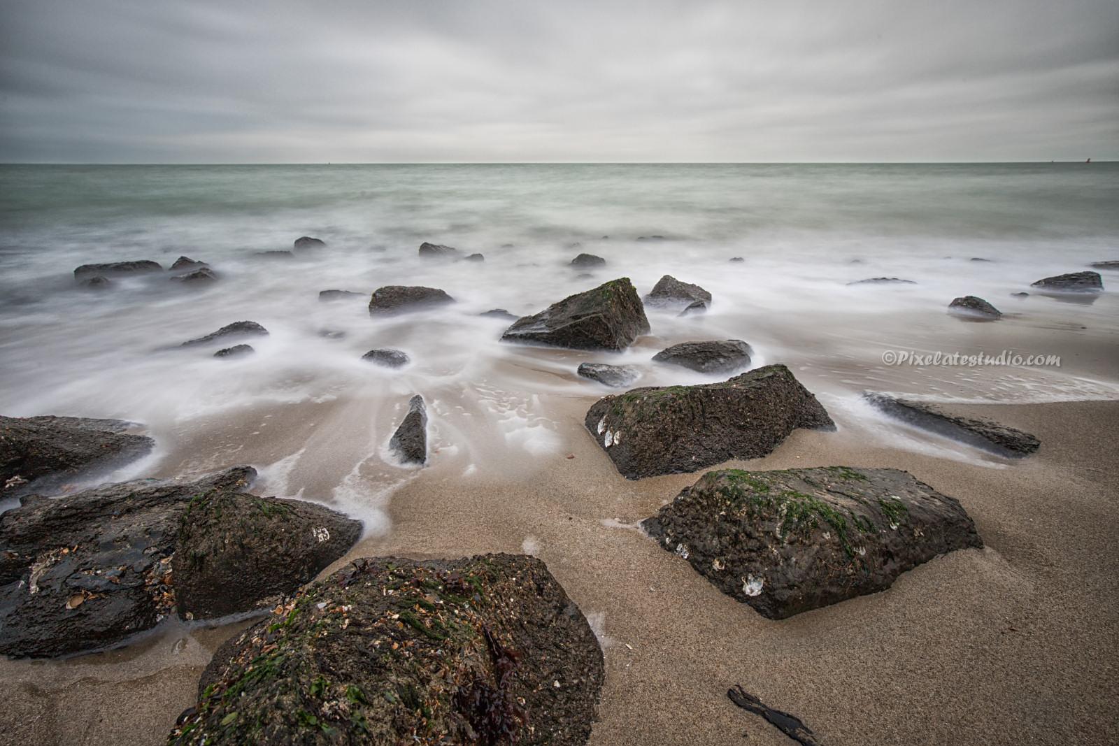 mooie foto van strand en golven met lange sluitertijden