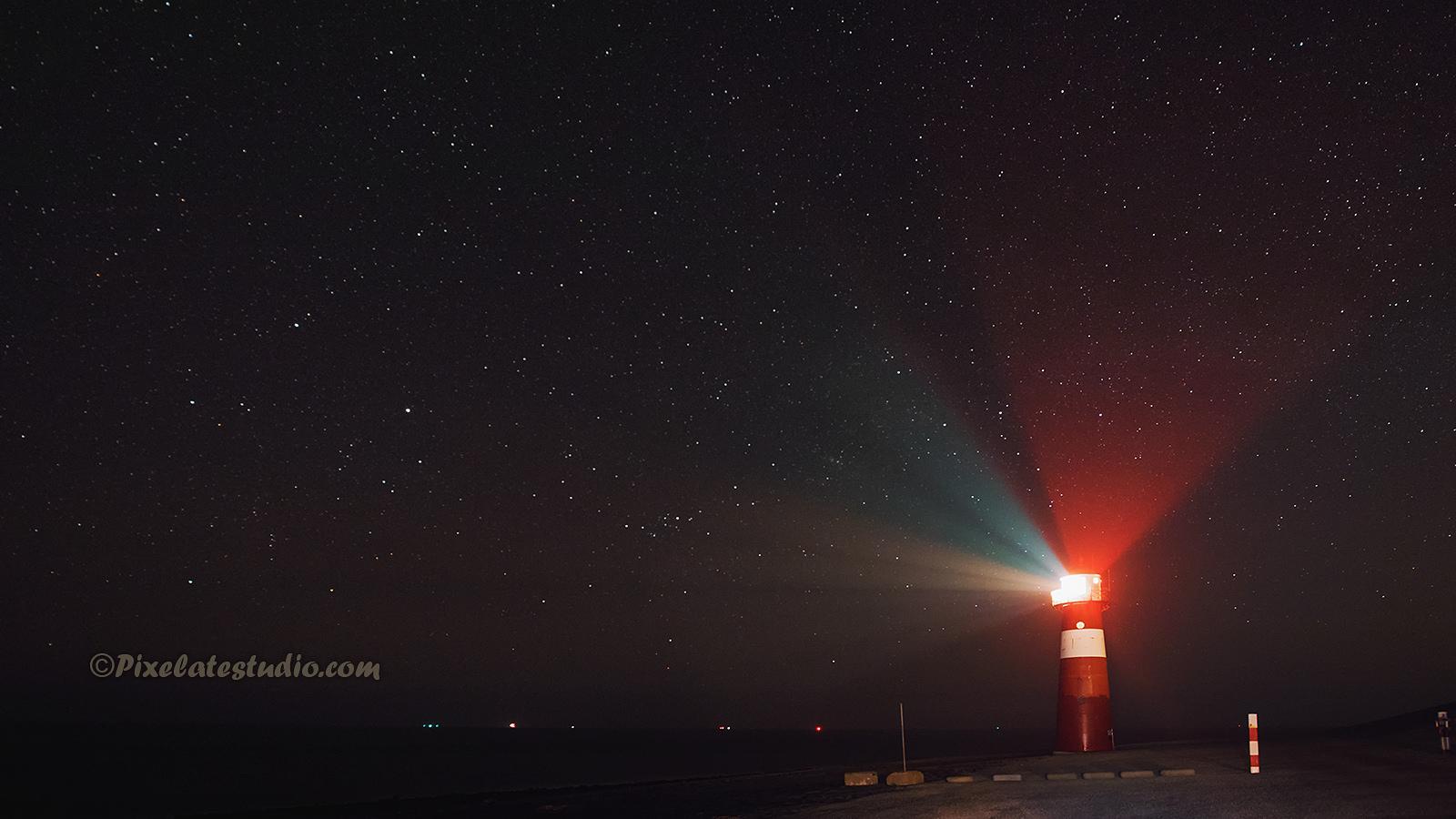 Foto van de vuurtoren van Westkapelle met sterren, met heldere sterrenhemel