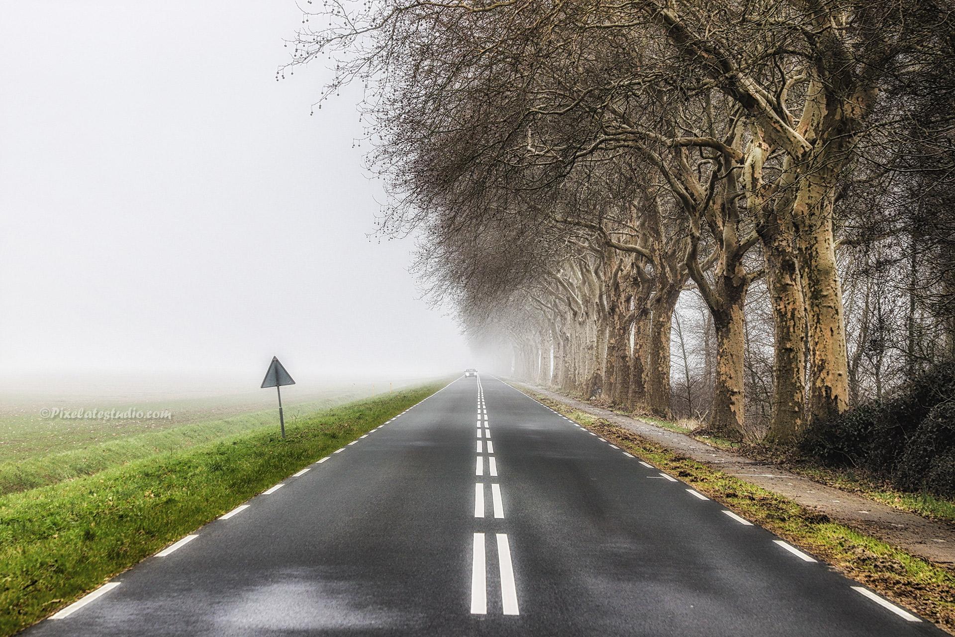 mooi bewerkte foto, van een eindeloze weg in de mist