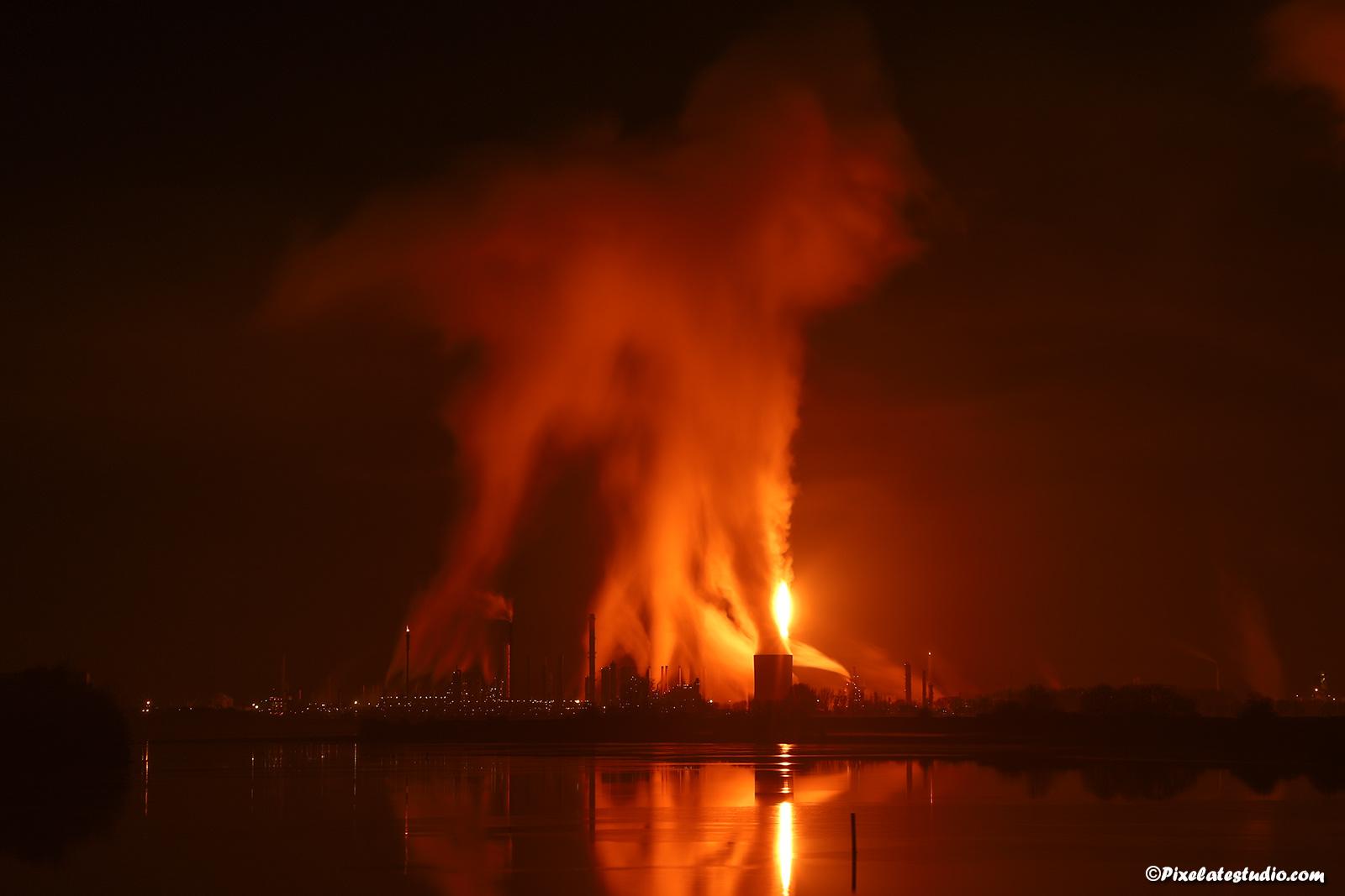 mooie foto van het affakkelen van Dow Chemical in Terneuzen
