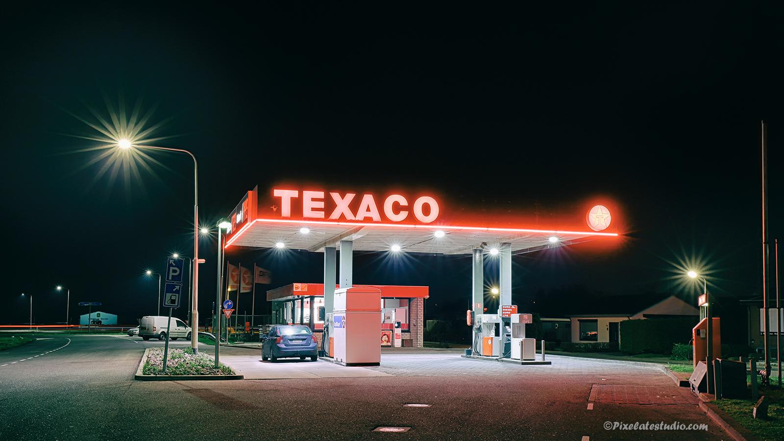 HDR foto van Benzinepomp in Biervliet, genomen in de avond zodat de verlichting mooi tot z'n recht kwam, Texaco benzinepomp
