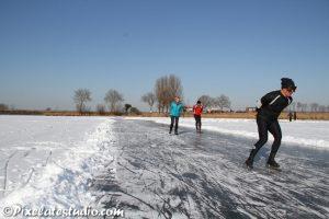 foto van mensen aan het schaatsen op natuurijs
