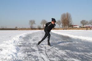 schaatser op natuurijs