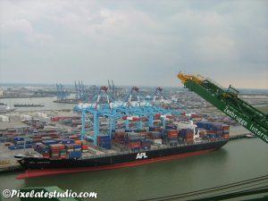 Foto gemaakt van grote hoogte , in de haven van Zeebrugge, Containerschip, containerterminal