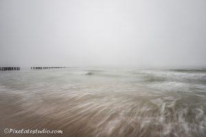 Mist aan het strand bij zoutelande, lange sluitertijden voor mooi effect