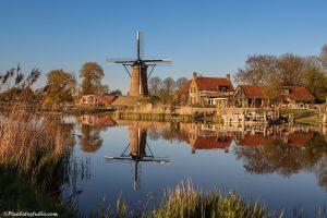 mooie foto met spiegeling van de molen van Schoondijke, Zeeland