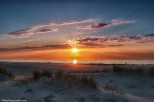 foto van een mooie zonsondergang aan het strand