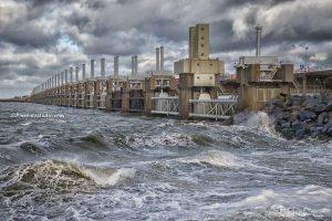 Foto van de Deltawerken met storm , Oosterscheldekering