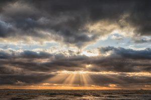 foto van een Zonsondergang, lucht met jakobsladders
