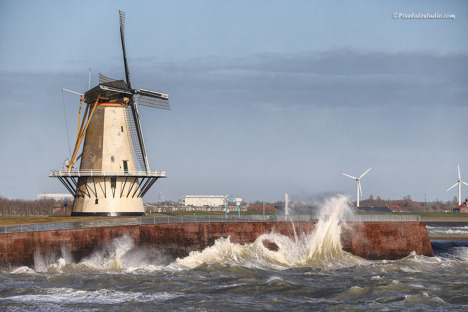 foto van de molen van Vlissingen in de storm