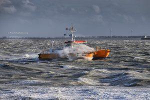 foto van loodsboot in storm bij vlissingen