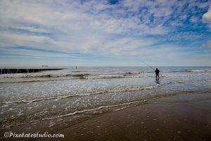 Visser aan het noordzee strand
