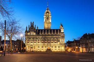 Foto van Stadhuis in Middelburg bij avond met mooie verlichting tijdens het blauwe uurtje