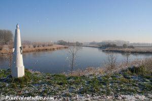 Mooi uitzicht op een winterlandschap bij de grenspaal