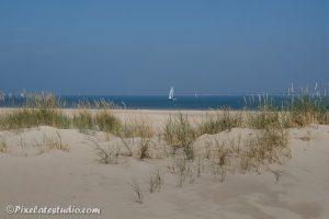 Mooie strandfoto met een zeilboot