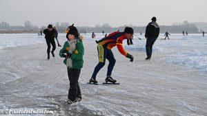 IJspret , veel mensen aan het schaatsen op nederlands natuurijs