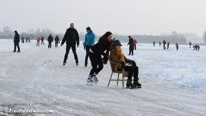 mensen aan het schaatsen met stoel , ijspret