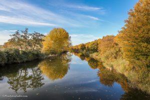 Mooie herfstfoto van een bos in herfst kleuren spiegelend in het water