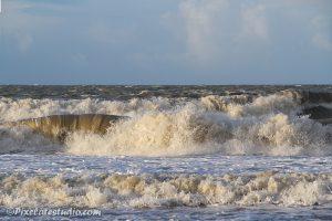 Grote golven op het strand bij harde wind