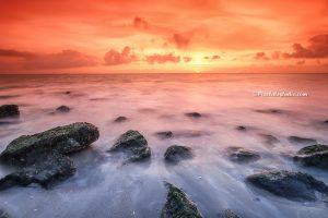 mooie zonsondergang aan zee