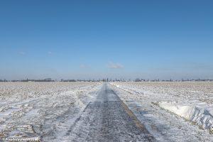 minimalistische winterfoto van een Zeeuwse polderweg