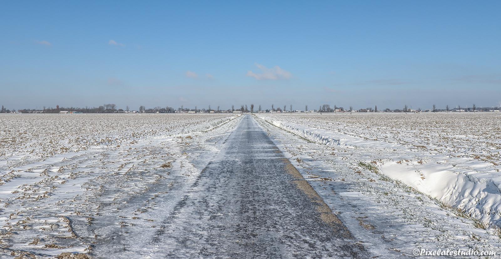 winter foto van een Zeeuws polderlandschap, met sneeuw en ijs