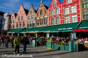 foto van toeristen op de grote markt in brugge die op het terras zitten