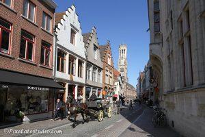 Paard en wagen door de binnenstad van Brugge