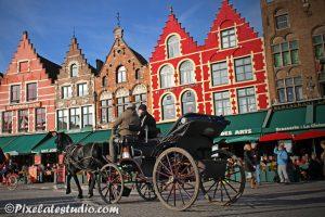 foto paard en wagen met op de achtergrond de geveltjes van Brugge