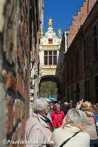 Toeristen bekijken Brugge