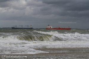foto van grote golven op het strand