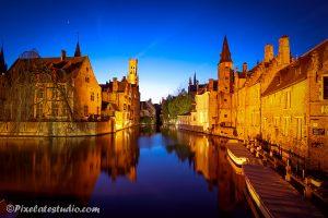 Spiegeling s'avonds op de rozenhoed kade Brugge