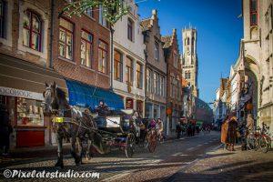 voor de toeristen met paard en wagen door de binnenstad van Brugge