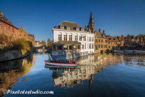 mooie spiegeling van het water in de grachten van Brugge