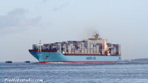 Schip vol met containers aan dek