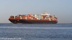 Containerschip vaart langs terneuzen vol met containers