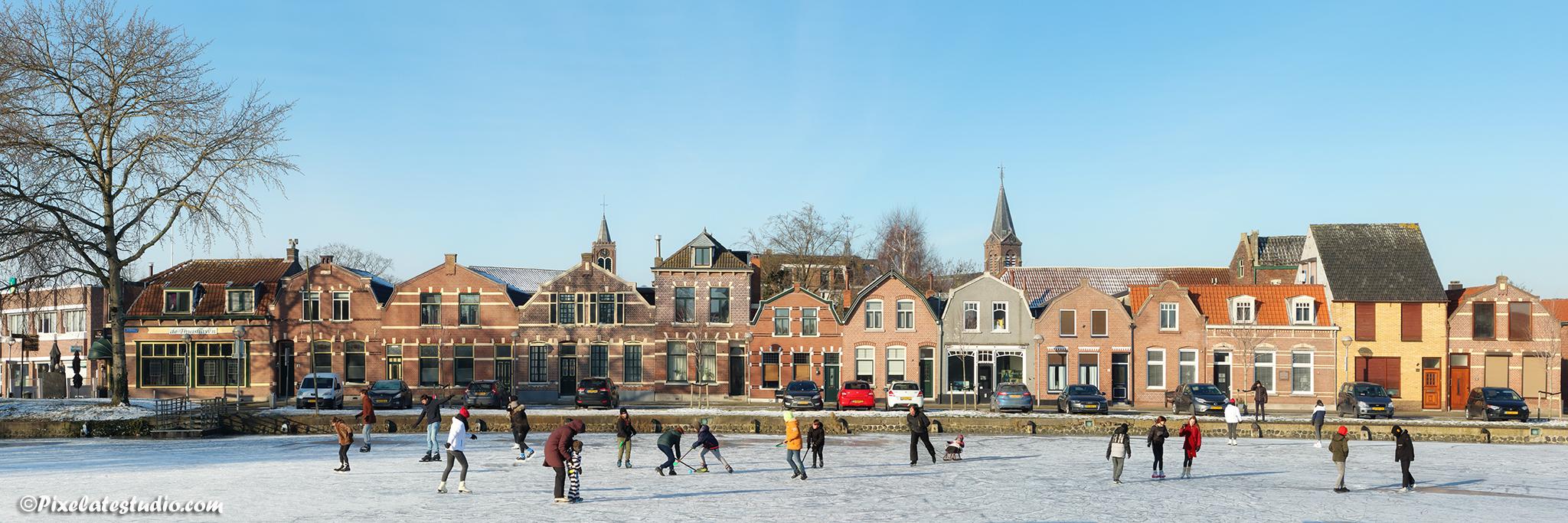 mooi schaats tafereeltje met ijspret bij de Blokken in Terneuzen