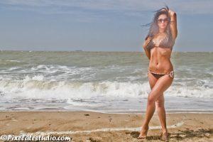 mooi model foto aan het strand genomen