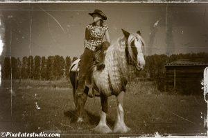 bewerkte foto van vrouw op paard