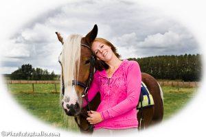 Portret van vrouw met paard