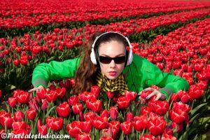 Model poseert tussen de tulpen