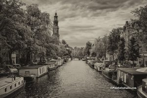 Foto van de Westerkerk aan de Prinsengracht in Amsterdam , mooie sepia foto alsof de tijd heeft stilgestaan