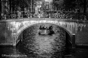 Bootje vaart door de grachten van Amsterdam