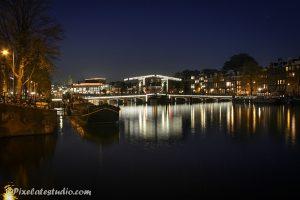Nachtfoto van de magere brug