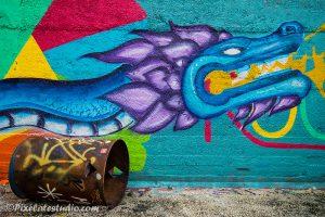 Graffiti foto van Draak, met olie vat op de voorgrond