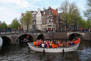 foto van Bootje op de Keizersgracht tijdens koningsdag Amsterdam