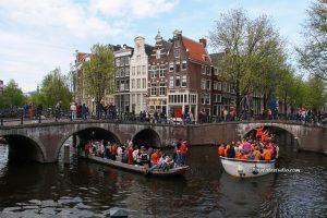 mooie foto Bootjes op de Keizersgracht tijdens koningsdag Amsterdam